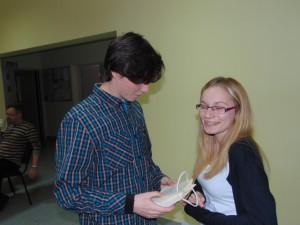 Sebastian daje Helenie prezent - jest wzruszenie, zaskoczenie...