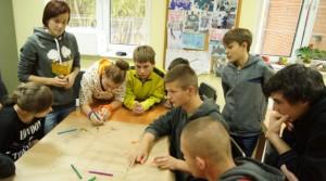młodzi pracują nad plakatem