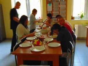 wspólnie przygotowany obiad - w grupie lepiej smakuje